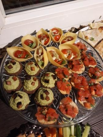 Platte mit Muschelnudeln mit Tomate-Mozzarella, Erbsen-Minz-Püree auf Pumpernickel mit Räuchertofu und Bruschetta