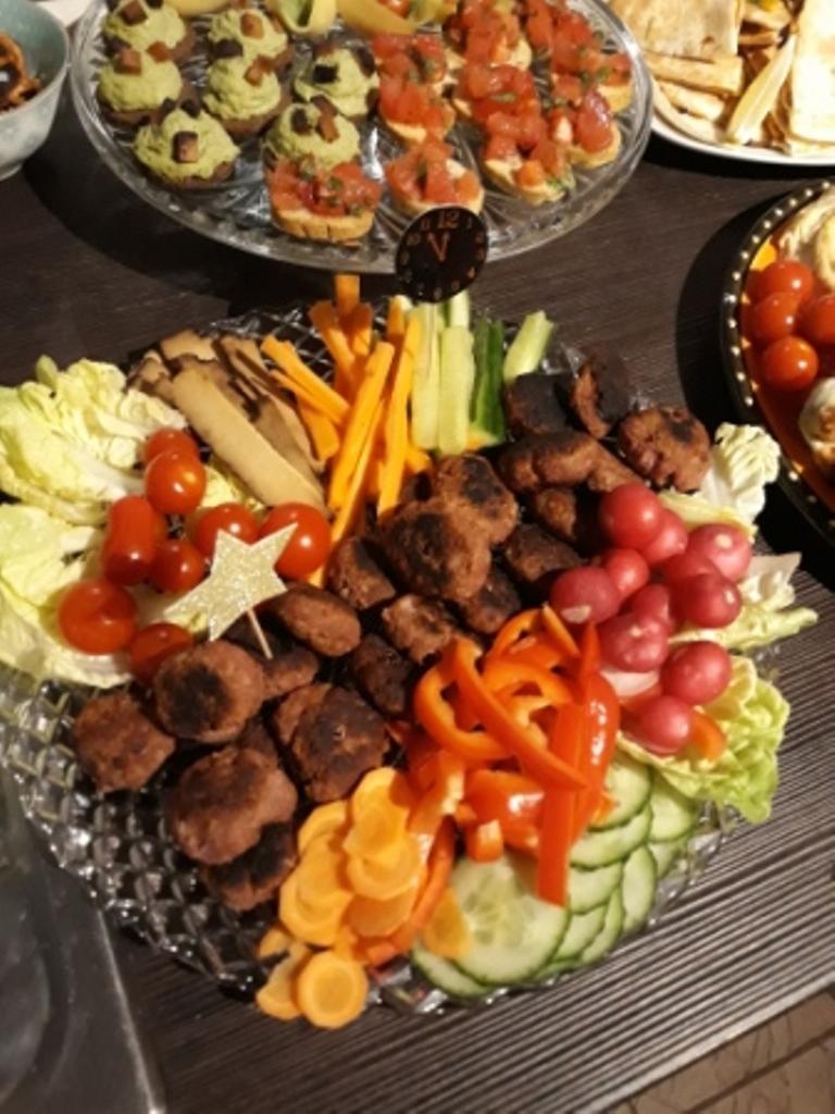Platte mit Gemüserohkost und Frikadellen