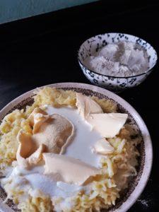 Alle Zutaten für den Kartoffelteig werden miteinander verknetet.