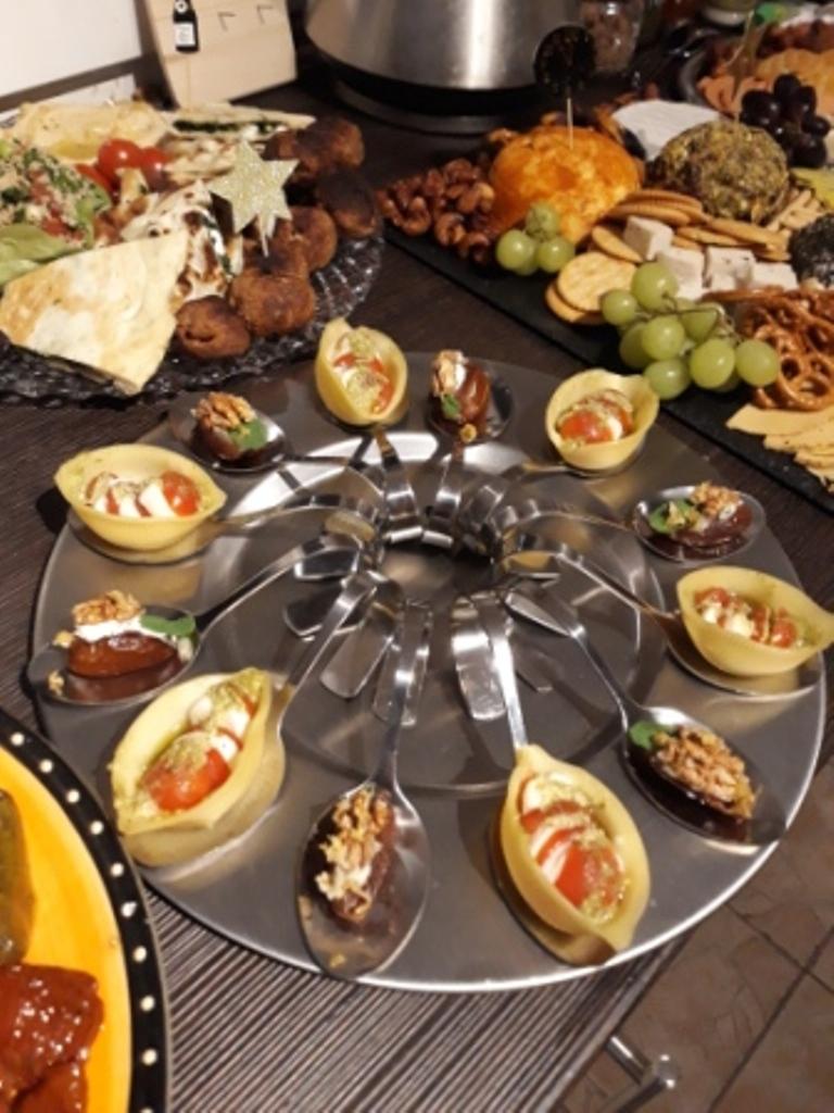 Walnuss-Minz-Datteln und Muschelnudeln mit Tomate-Mozzarella auf Buffetlöffeln