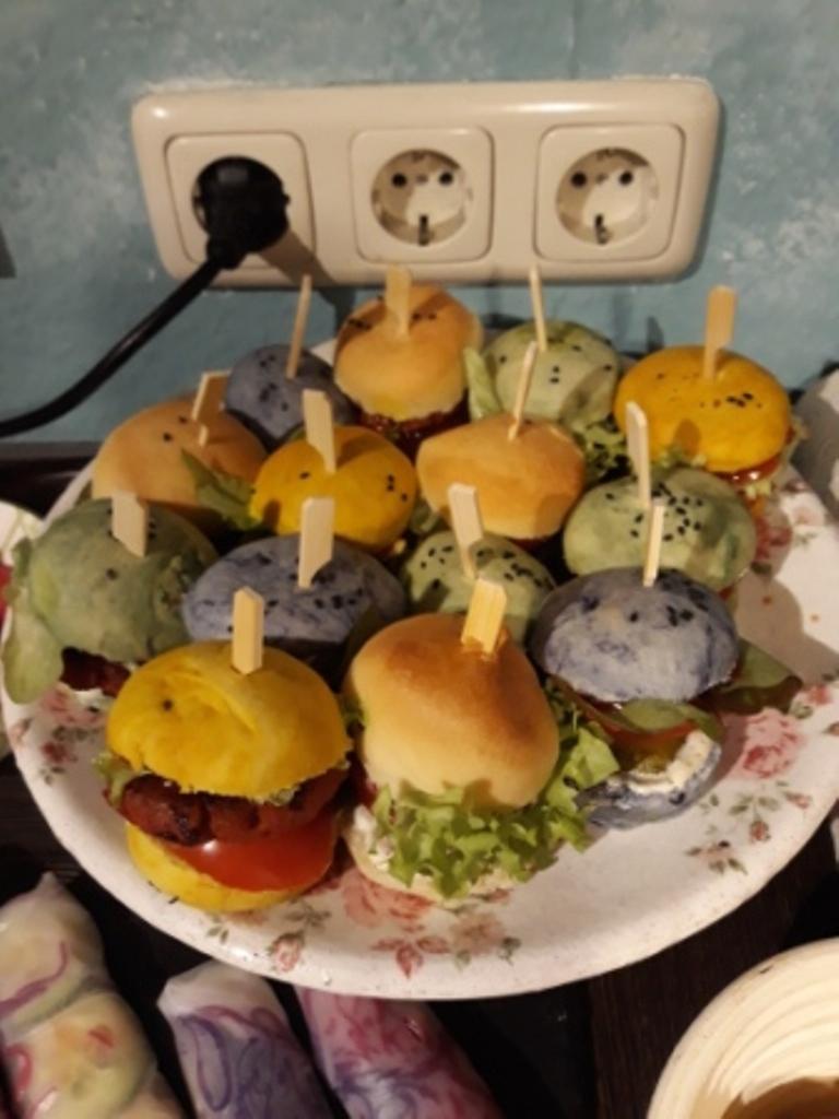 Platte mit bunten Miniburgern