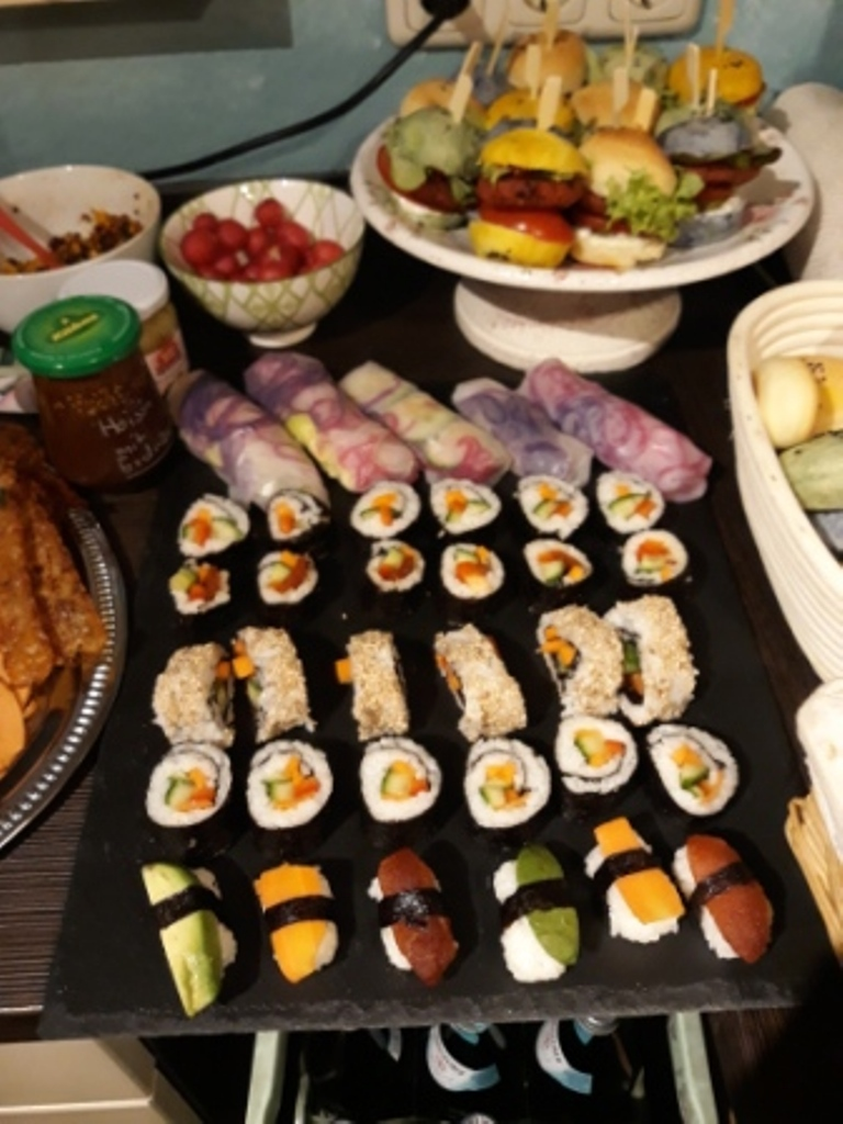 Sommerrollen und veganes Sushi mit verschiedenem Gemüse, Karottenlax, Avocado und Tomatentuna