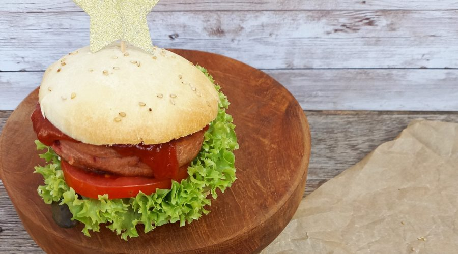 Burger auf einer Holzplatte.