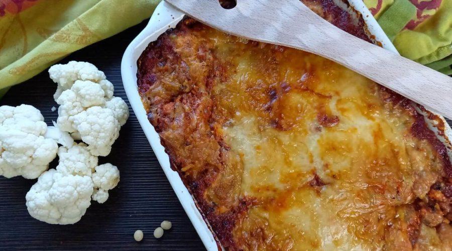 Lasagne in einer Auflaufform neben Blumenkohl und Sojabohnen.