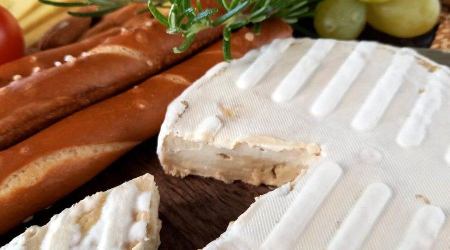 Sojabert auf einer Keeseplatte mit Trauben und Salzstangen.